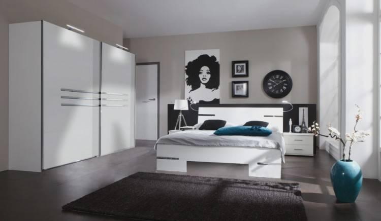 Armoires de rangement blanches dans une chambre à coucher beige