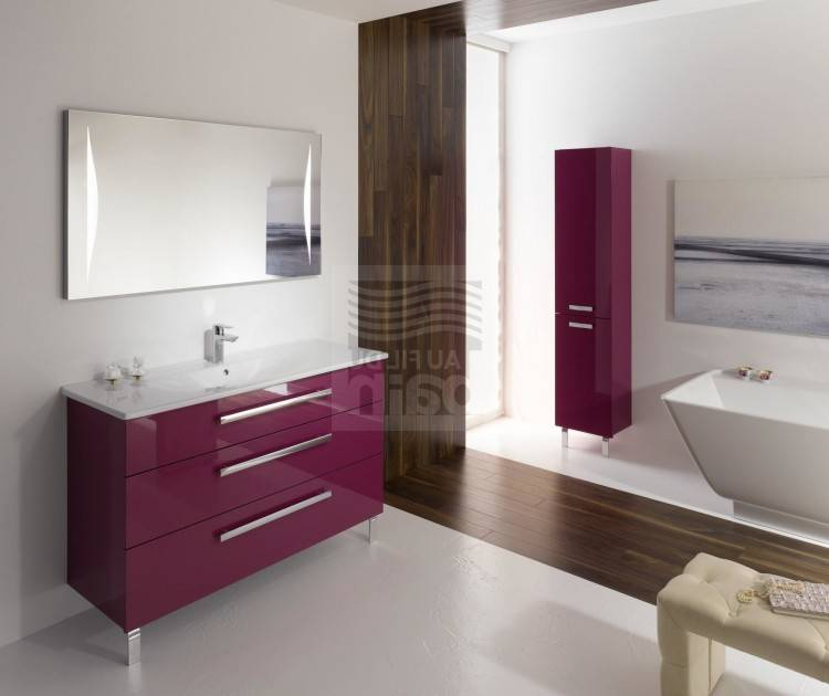 Petite salle de bain moderne avec baignoire et un grand miroir