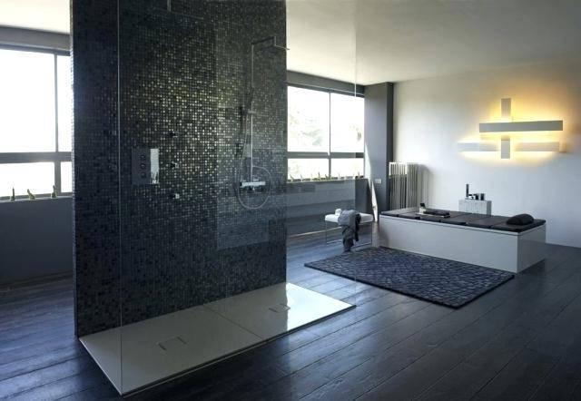 salle d'eau rénovée moderne beige et marron avec wc suspendu carré et coin douche Salle de bain italienne