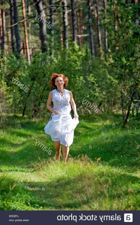 D'âge moyen à la mode femme en pleine longueur robe rose  chaussures hauts talons détient sac à main, studio tourné sur gris — Image  de