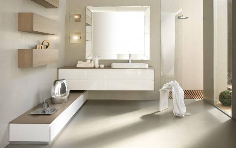 salle de bain moderne avec baignoire autoportante sur un cadre chromé contre un mur de béton avec un arbre topiaire dans un pot, sol gris et stores