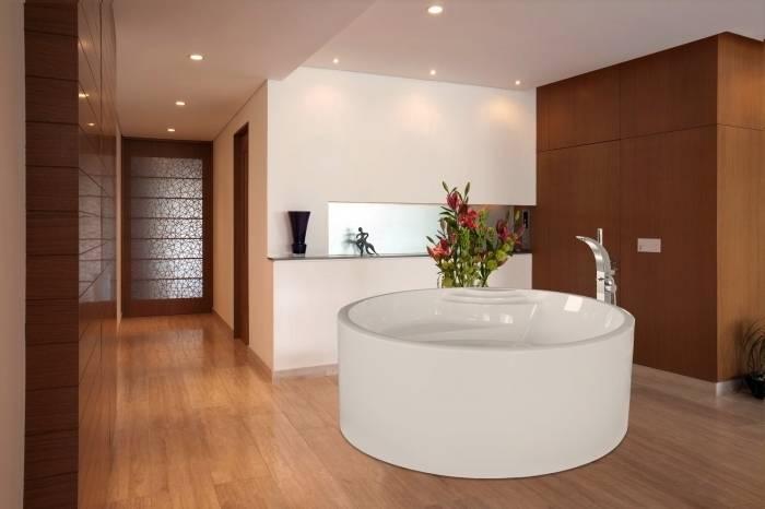 Déco moderne avec un parquet de salle de bain en mutenye