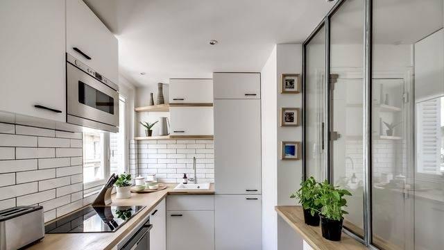 Lorsque que nous avons acheté notre appartement, la cuisine datait des années 80 et n'avait pas souvent été rénovée : Les meubles ont été poncé,