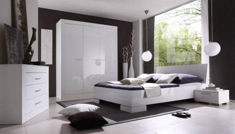 Gros plan du blanc hamac suspendu dans un intérieur de chambre à coucher lumineuse avec plantes et lit en bois — Image de photographee