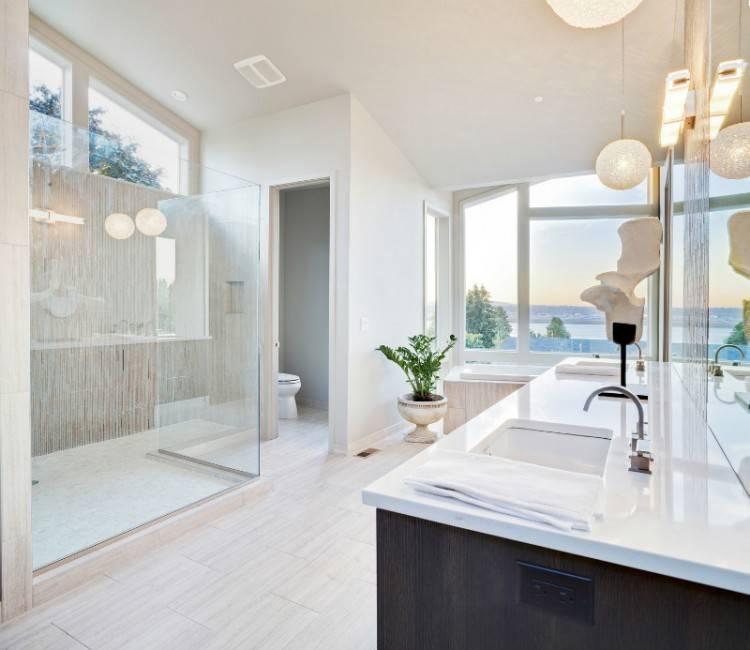 La salle de bains moderne épurée s'inspire de la salle de bains design  minimaliste où seul compte l'essentiel