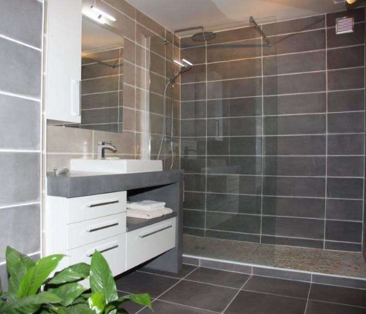 Lorsque l'on souhaite refaire l'intérieur de sa salle de bains, une des premières questions à se poser est de savoir s'il est préférable de tout
