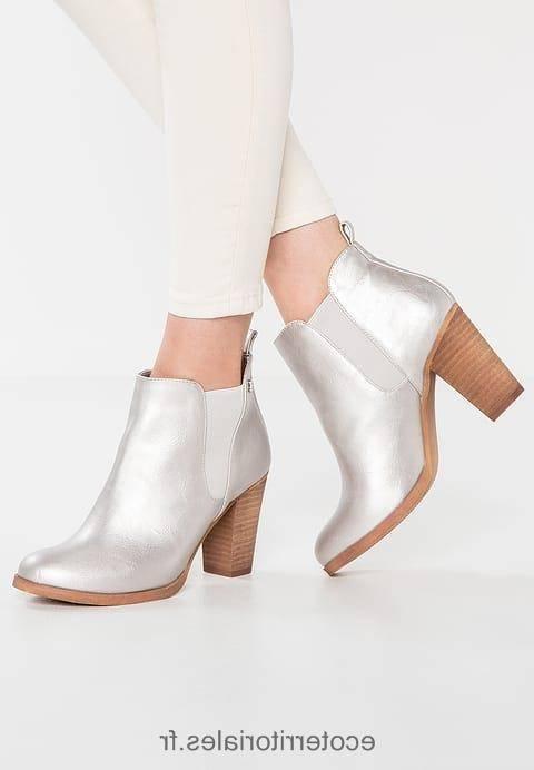 Sandales à talons argentées à ornements