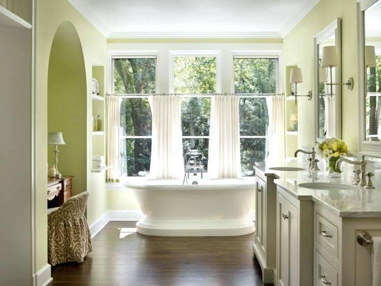 Salle de bains moderne avec grande fenêtre
