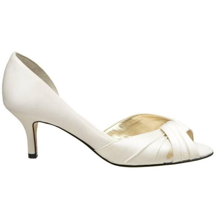Chaussures écrues à talons évasés, bouts ouverts et bride arrière