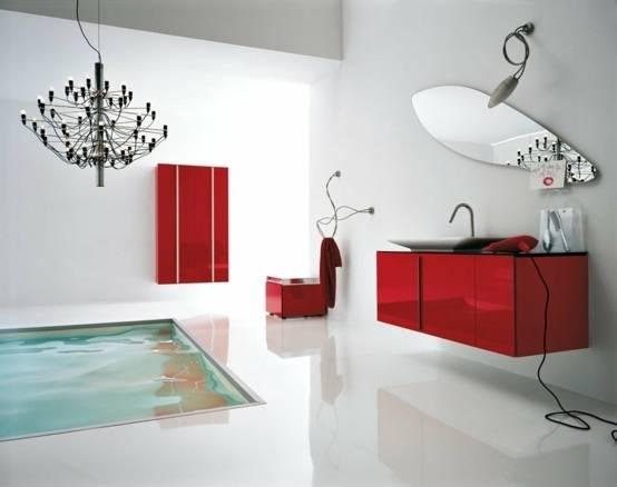 Conception grise et rouge de salle de bains dans fraîchement rénové à la maison Murs gris complétant un coffret rouge moderne de vanité accentué avec