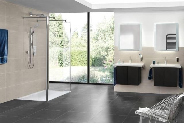 Salle de bains moderne avec carrelage blanc