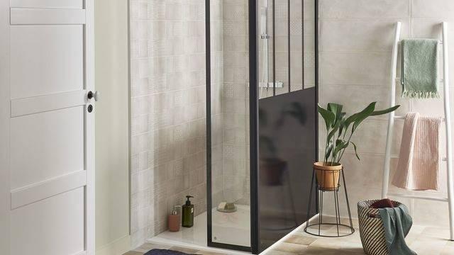 Nouvelle salle de bains moderne avec une belle vue