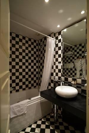 petite salle de bain moderne blanche lumineuse douche italienne rangements gain de place Petite salle de bain moderne en 70 idées exclusives témoignant de