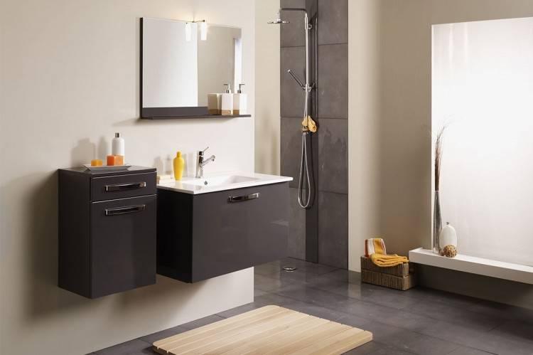 Mise en scène de pierre moderne salle de bains, sol carrelé gris comptoir  en marbre dans le modèle home, appartement ou maison avec des bougies,  serviettes,