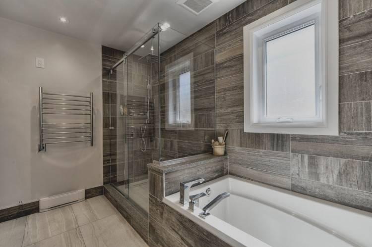 salle de bain moderne avec douche a litalienne et baignoire a pieds salle de bain avec