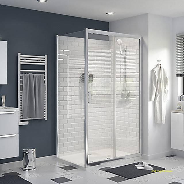 Salle de bains moderne avec baignoire et fenêtre ornée de rideau fin et stores verticaux
