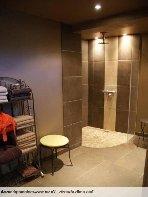 meuble sous lavabo de couleur bleu foncé sans poignées, modèle de miroir  avec éclairage intelligent La salle de bain