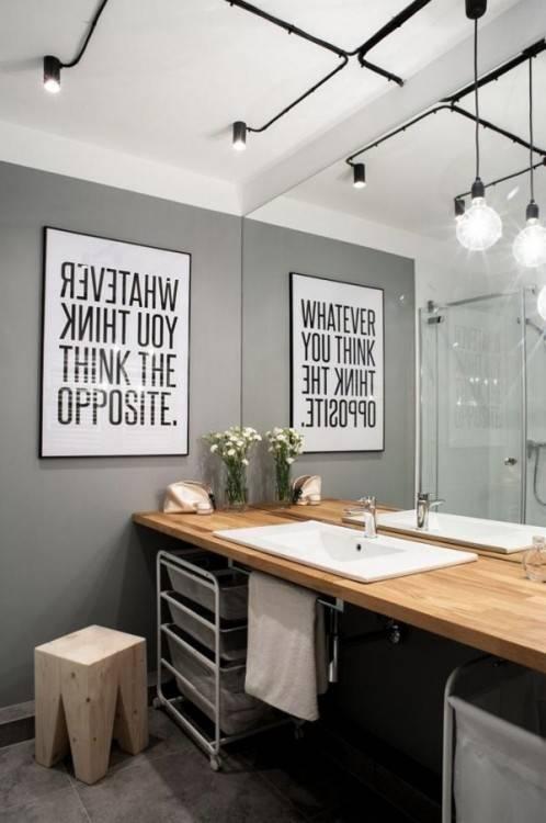 Carrelage gris intérieur de salle de bain avec un béton et plancher en bois,  une baignoire en bois et un évier double avec deux miroirs