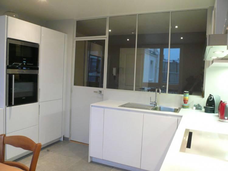 Une cuisine isolée avec deux verrières d'intérieures
