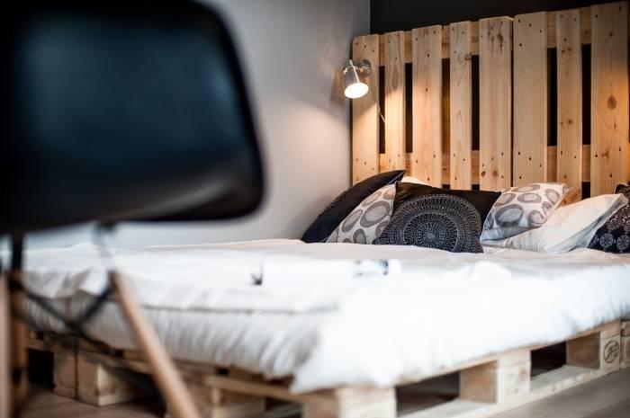 chambre à coucher, une ambiance cosy, personnalisée et cocooning à  souhait ! Une dizaine de palettes, de la peinture sobre et lumineuse,  quelques heures