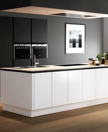 La cuisine blanche garantit un intérieur baigné de lumière, intemporel et résolument chic