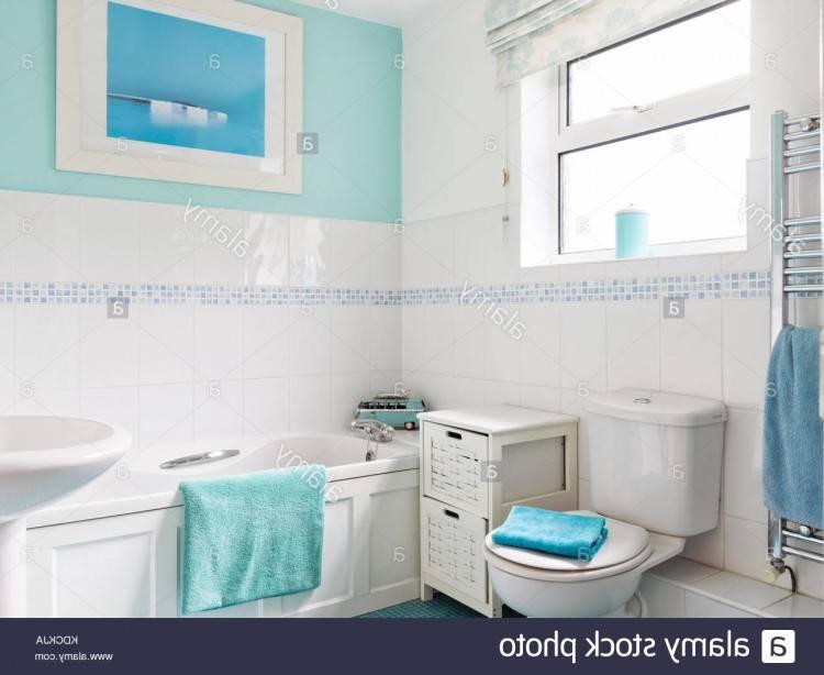 Une petite salle de bains familiale moderne dans une maison moyenne