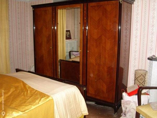 Une chambre à coucher chic et confortable avec une parure de lit de 6  pièces Golden