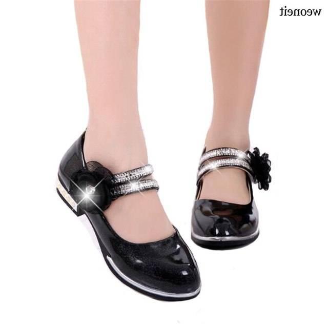 Les filles dans des chaussures à talons hauts