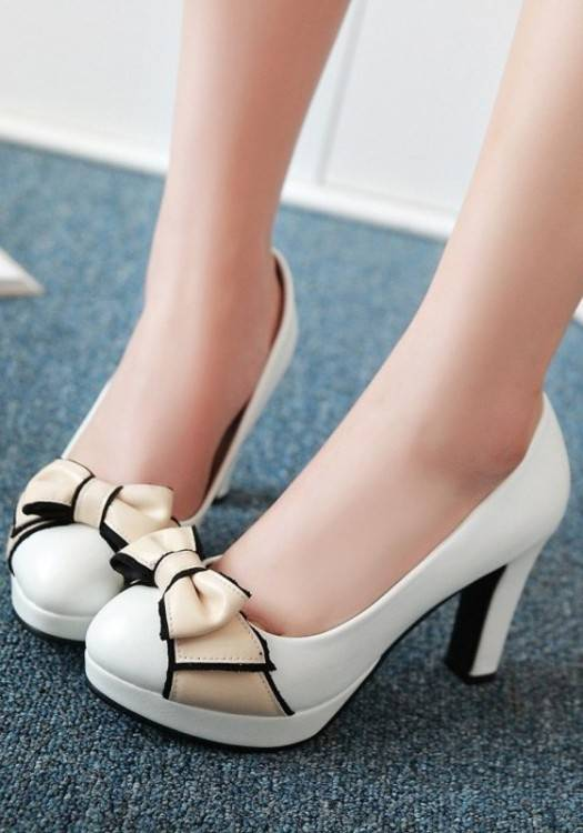 Chaussures à talon blanches, ruban noir et strass