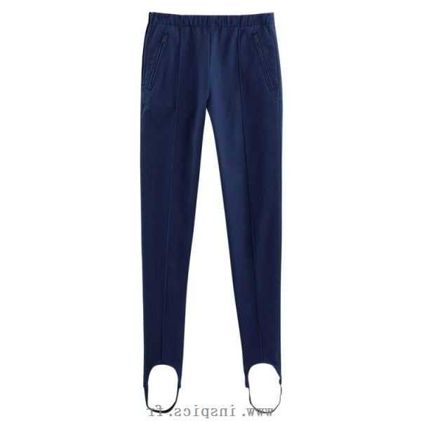 Porté dans des bottes à la montagne comme à la ville, ce pantalon de sport  est devenu au fil du temps un véritable accessoire de mode